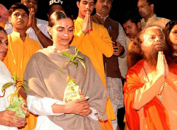 Watch - Deepika Padukone Offering Prayers At Rishikesh